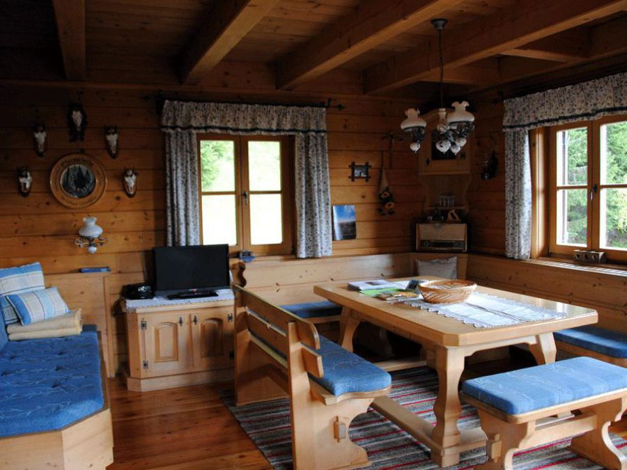 Wohnraum der Almhütte Weber, Esstisch, Couch
